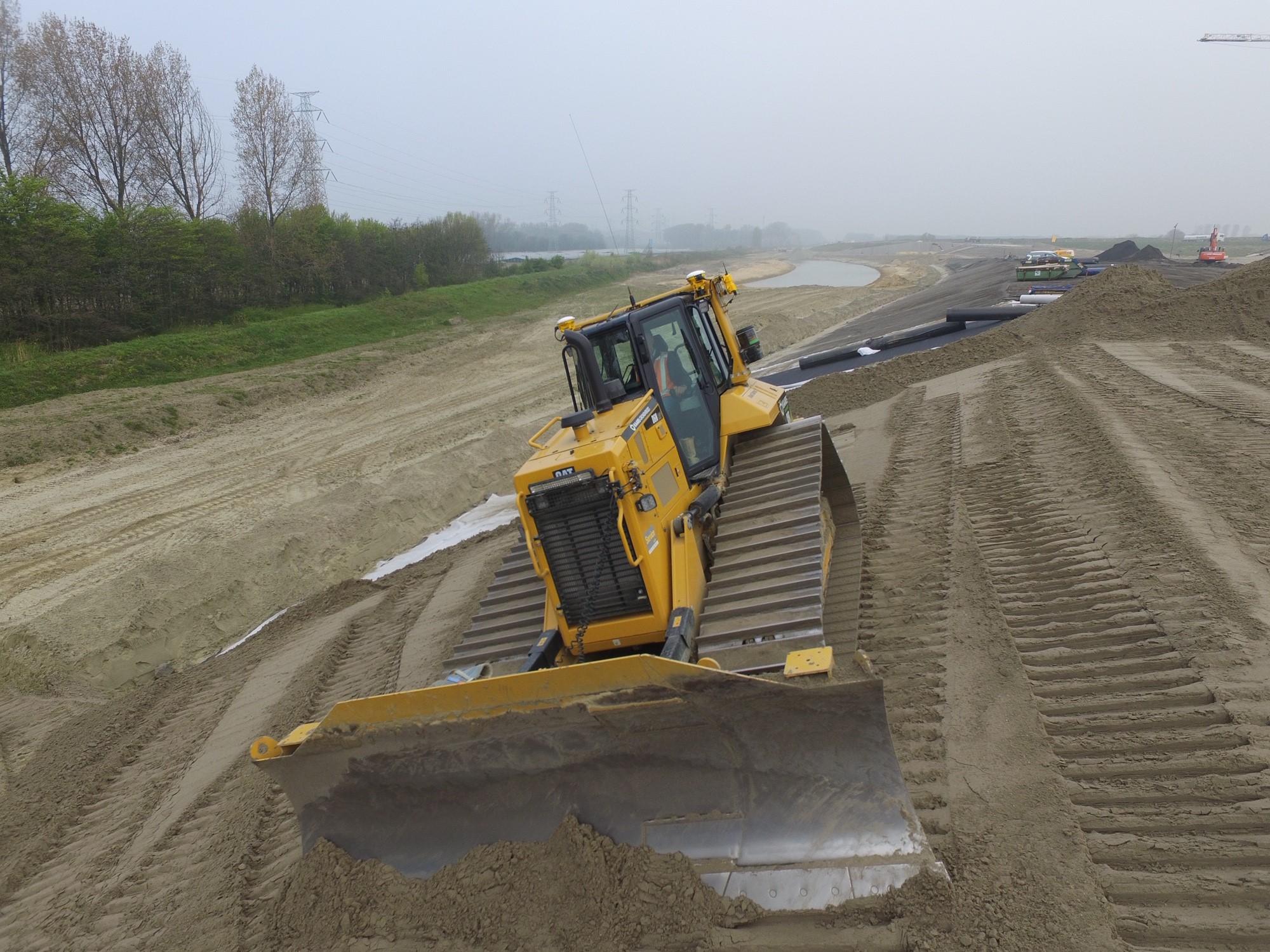 De bulldozer aan het werk op het knooppunt Sloeweg, mei 2019