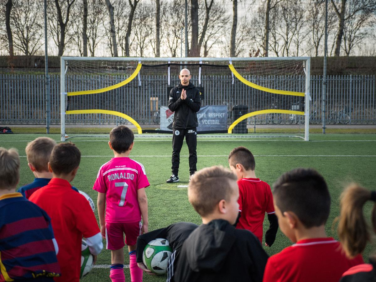 Reguillo Vandepitte, van Skills & Control, staat tijdens een voetbaltraining voor het doel. Een van de jonge voetbaltalenten staat klaar om een doelpunt te maken.