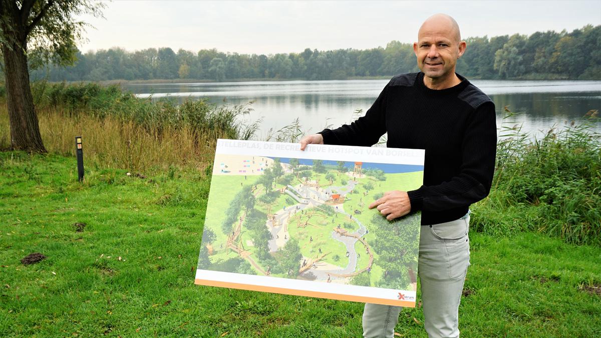 Robert-jan Provoost, van Hof van Zeeland, staat aan de rand van de Stelleplas. Hij laat een visualisatie van de te realiseren natuurspeeltuin zien.