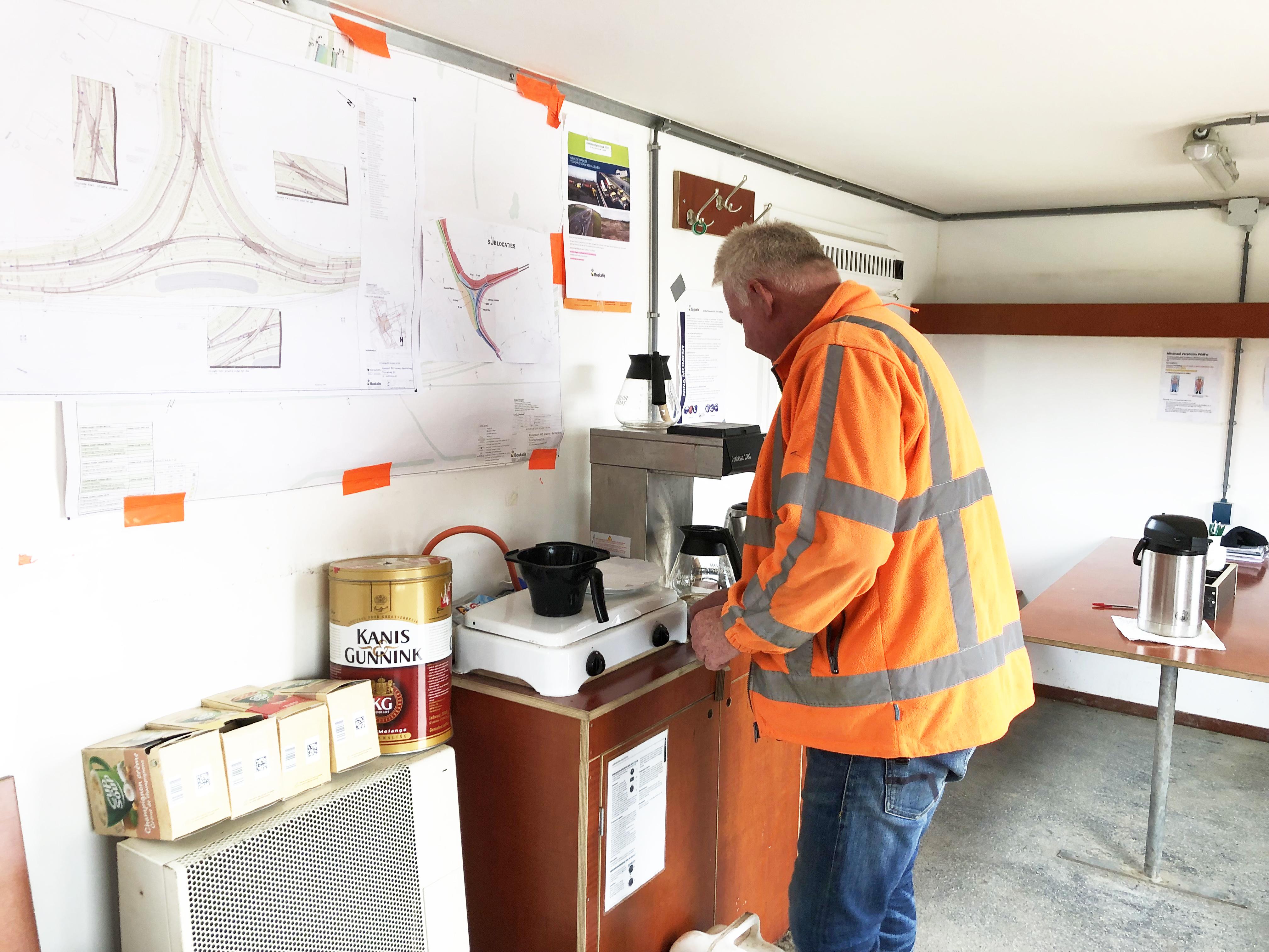 louis zet koffie op de bouwplaats sloeweg
