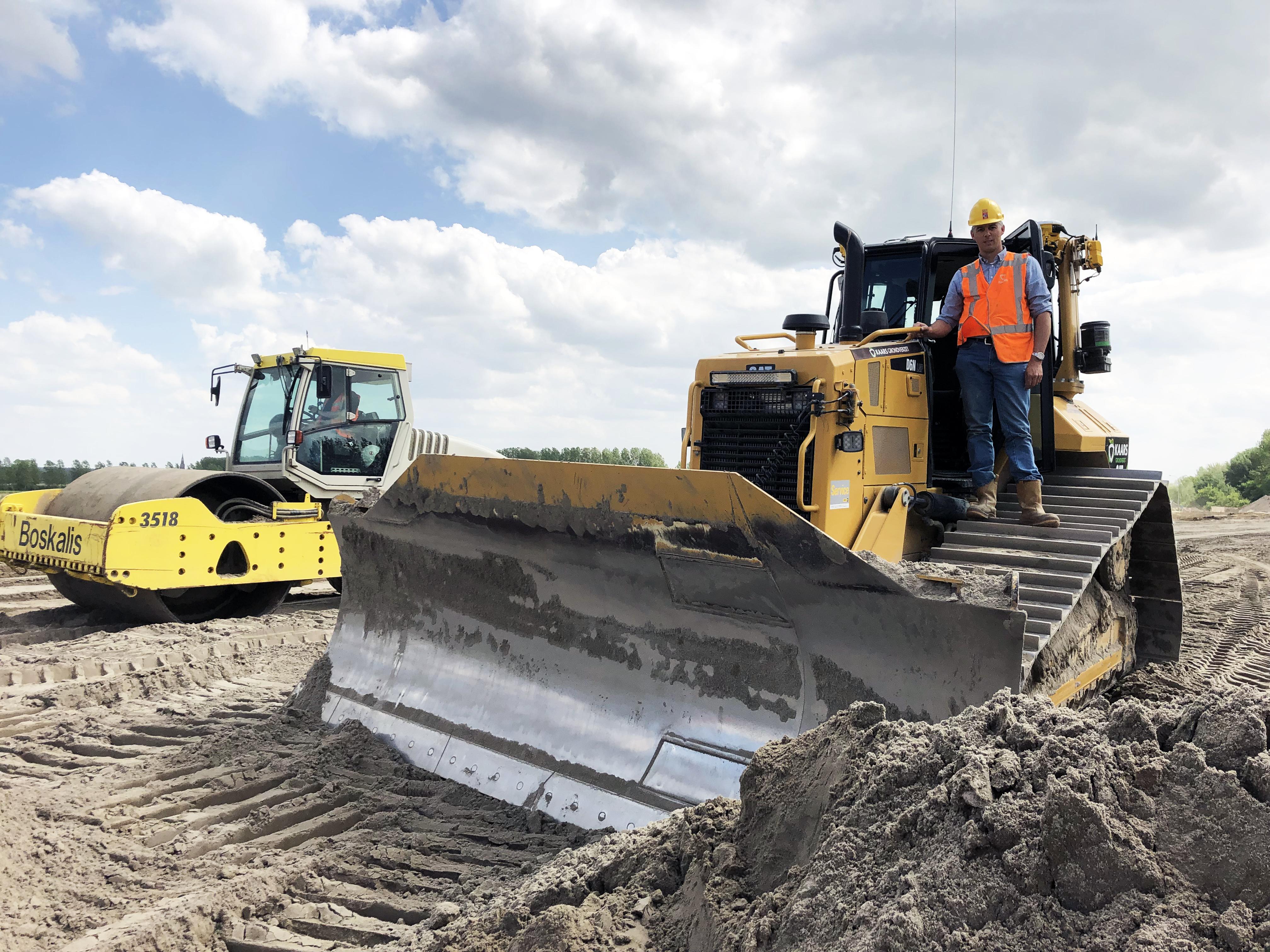 Jeroen Kik op de bulldozer aan het werk op het knooppunt Sloeweg, mei 2019