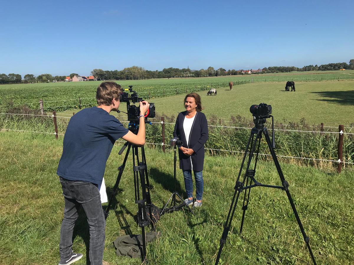 Huberdien Westerweele, van het platform Zeeuws Vitaal, staat voor de paardenwei terwijl video-opnames en foto's worden gemaakt.