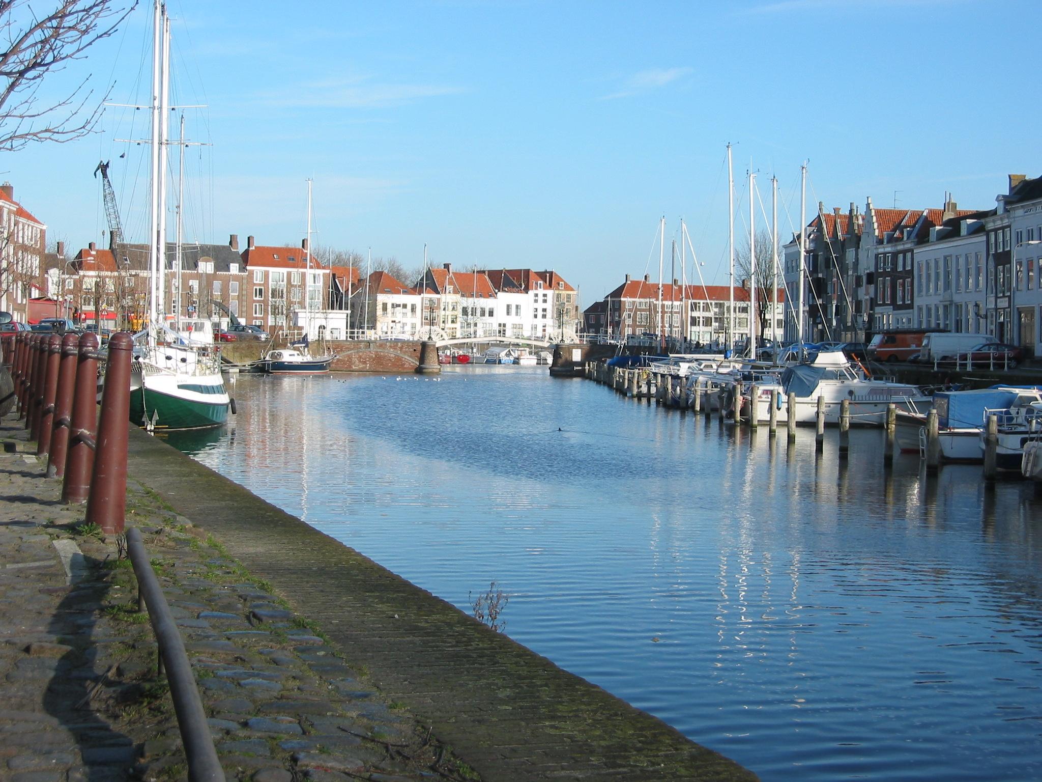 haven met boten en huizen op achtergrond