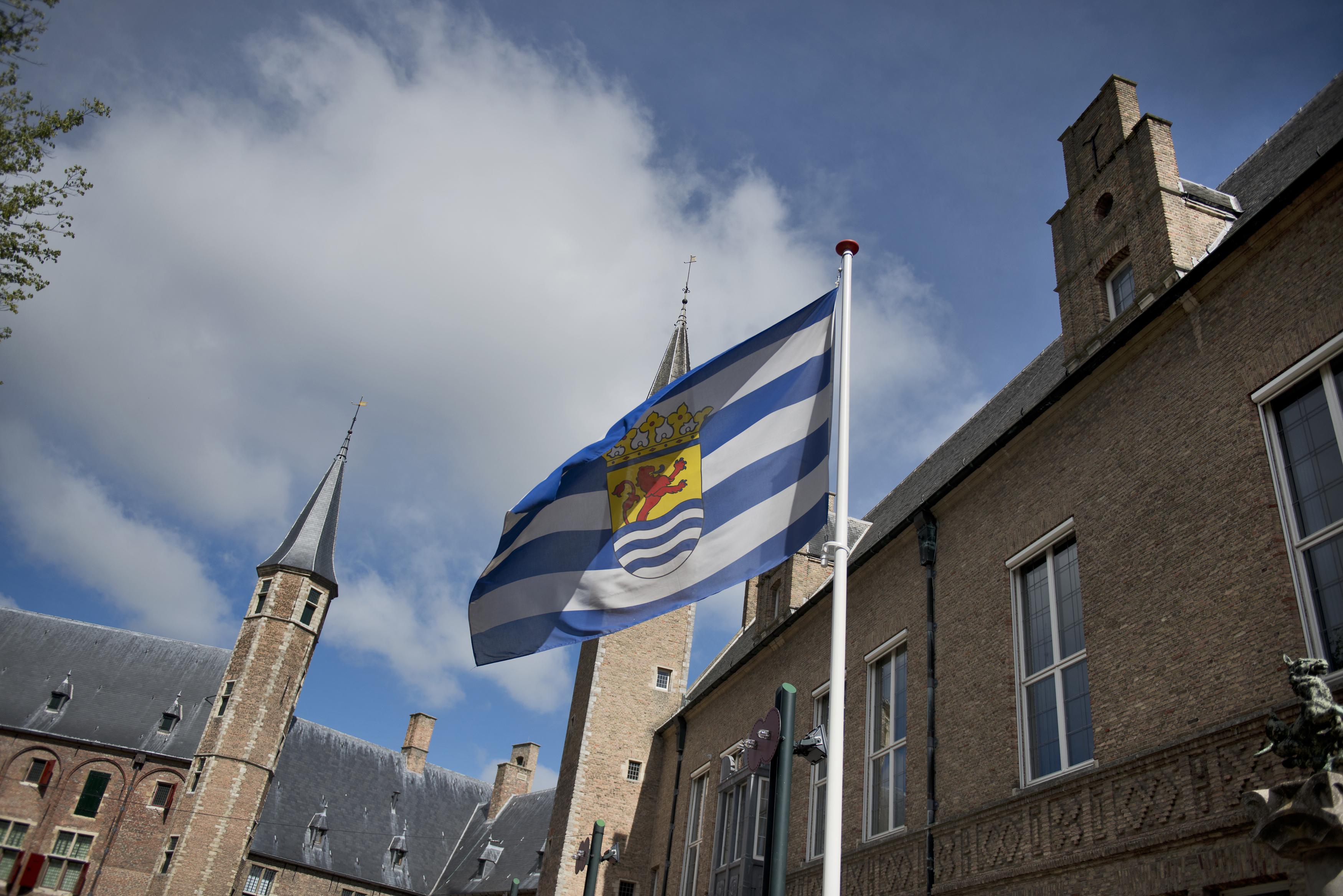 Zeeuwse vlag wapperend op Abdijplein
