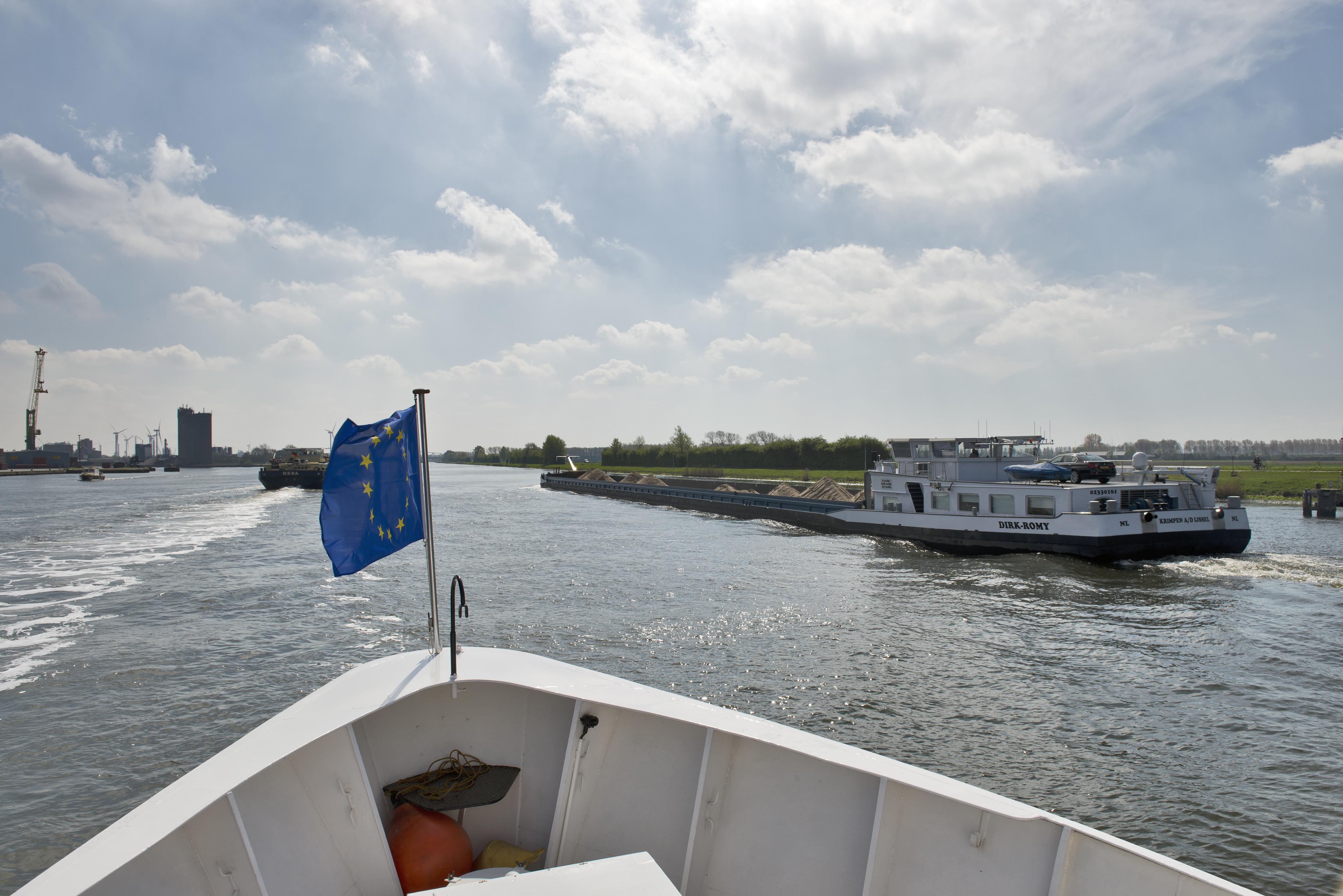 Europese vlag op schip varend op Westerschelde