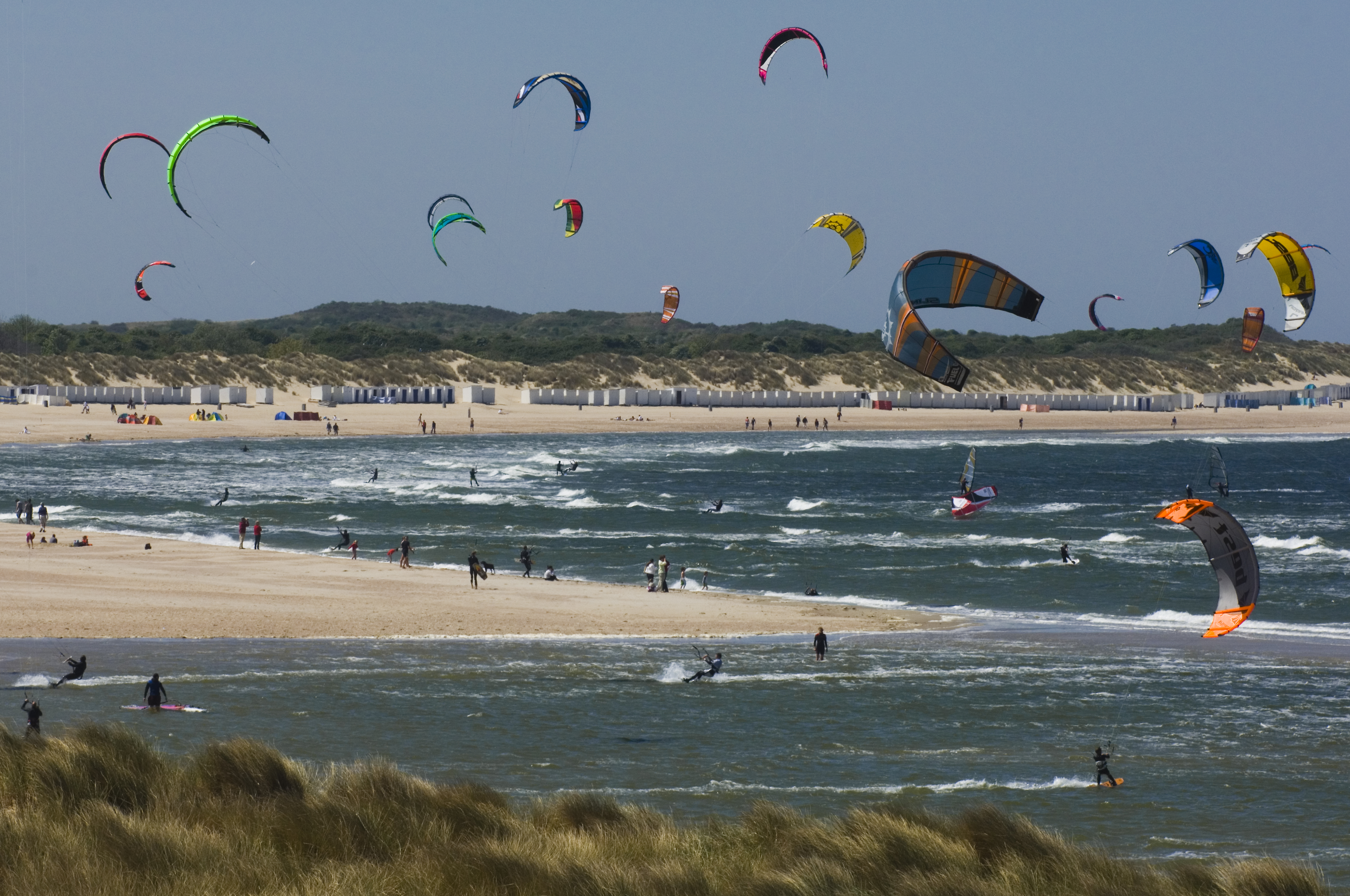kitesurfers bij Vrouwenpolder
