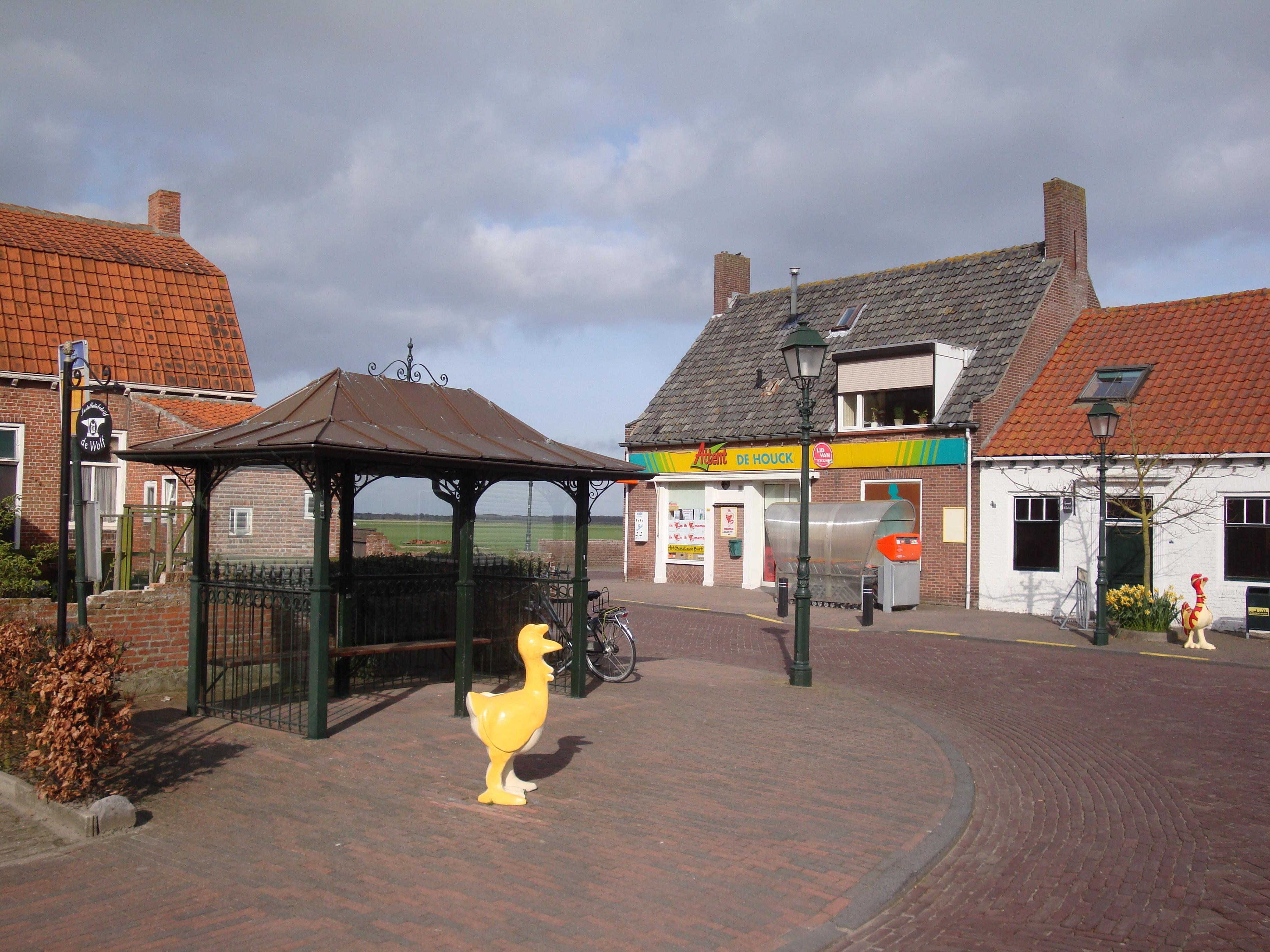 dorpsplein met winkel