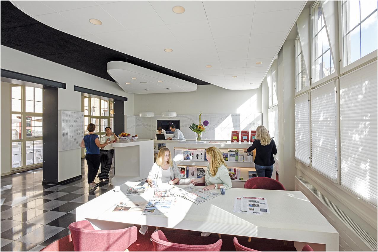 Medewerkers praten met elkaar in Ontmoetingsruimte