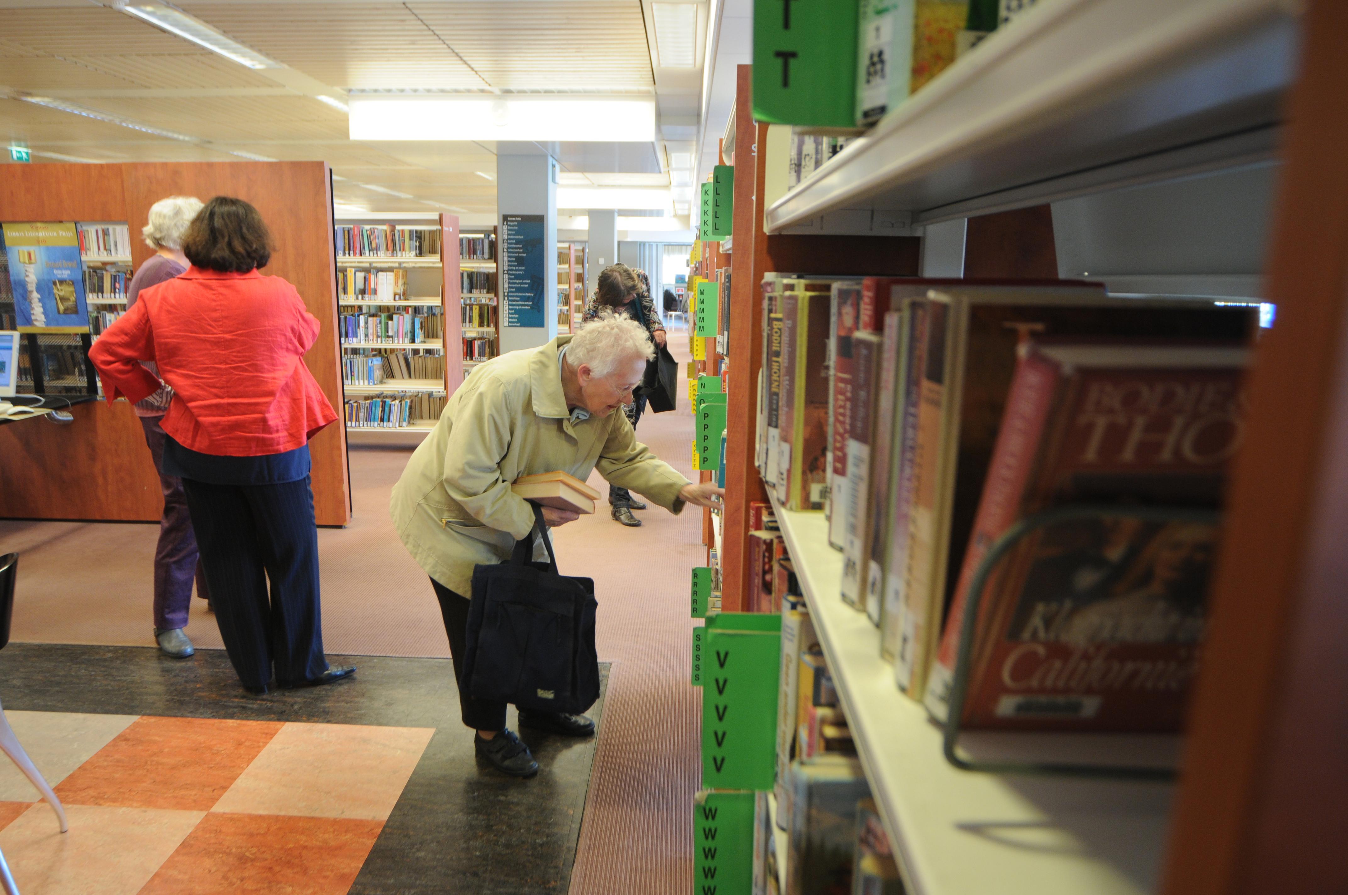 Boeken uitzoeken in Zeeuwse Bibliotheek