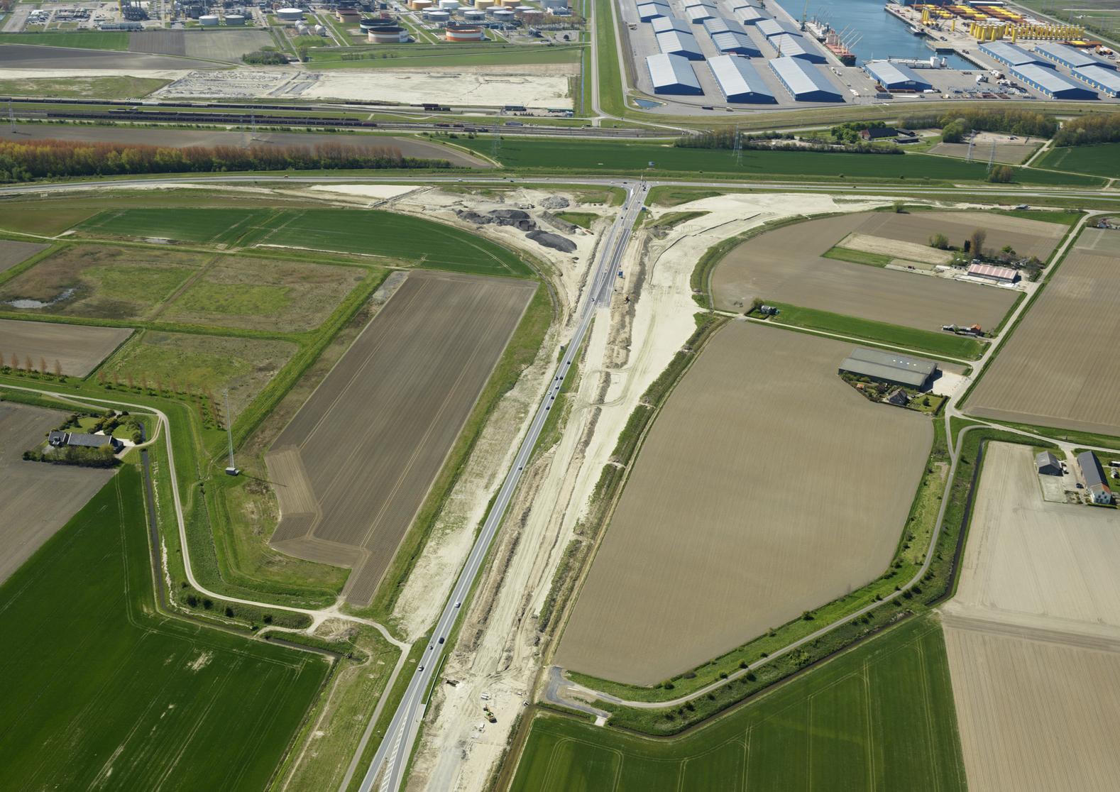 Sloeweg: luchtfoto aansluiting Sloeweg, Westerscheldetunnelweg, Bernahrdweg mei 2016 (Foto: Skypictures/ Boskalis)