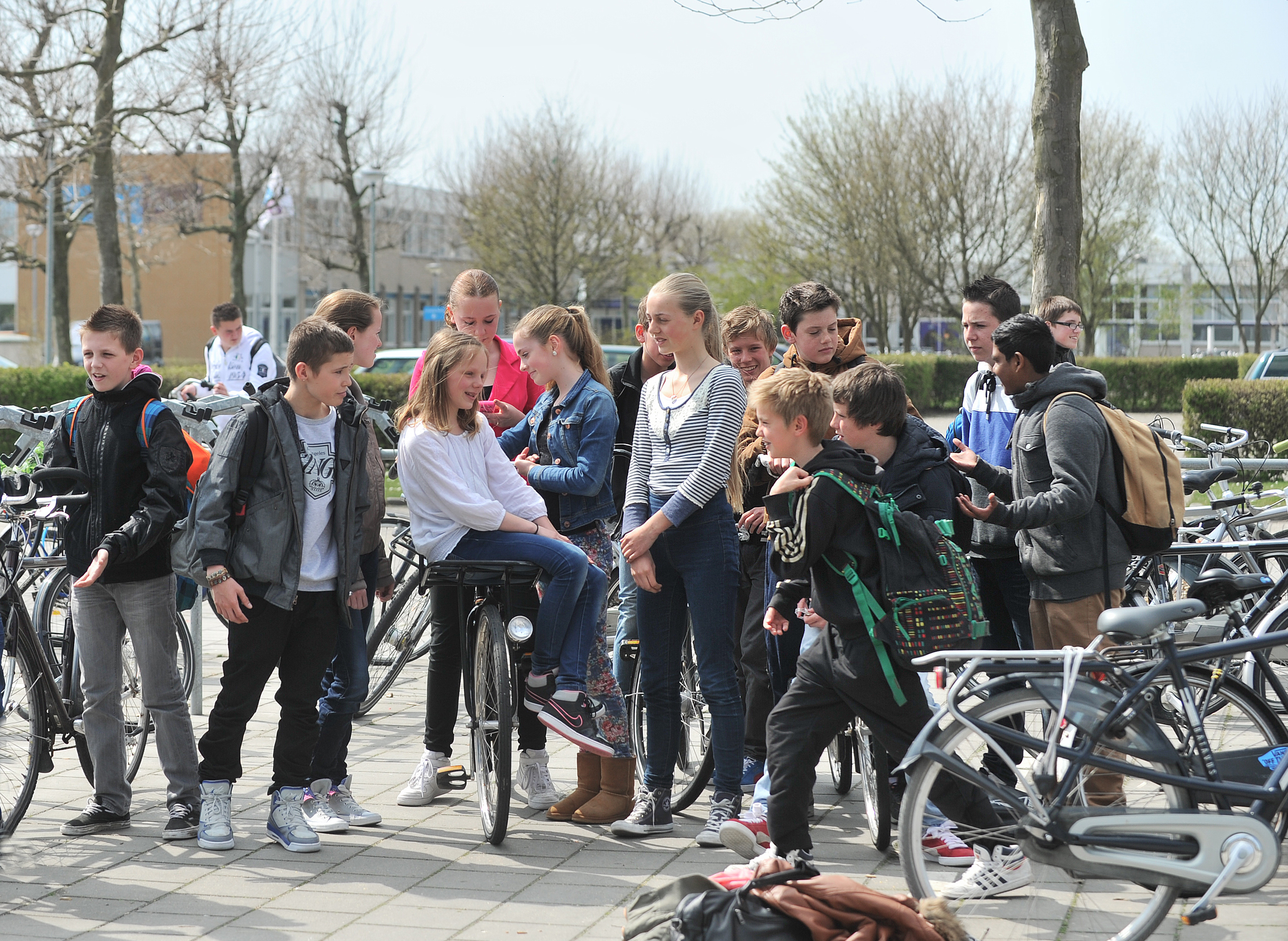 scholieren op schoolplein Scheldemond College
