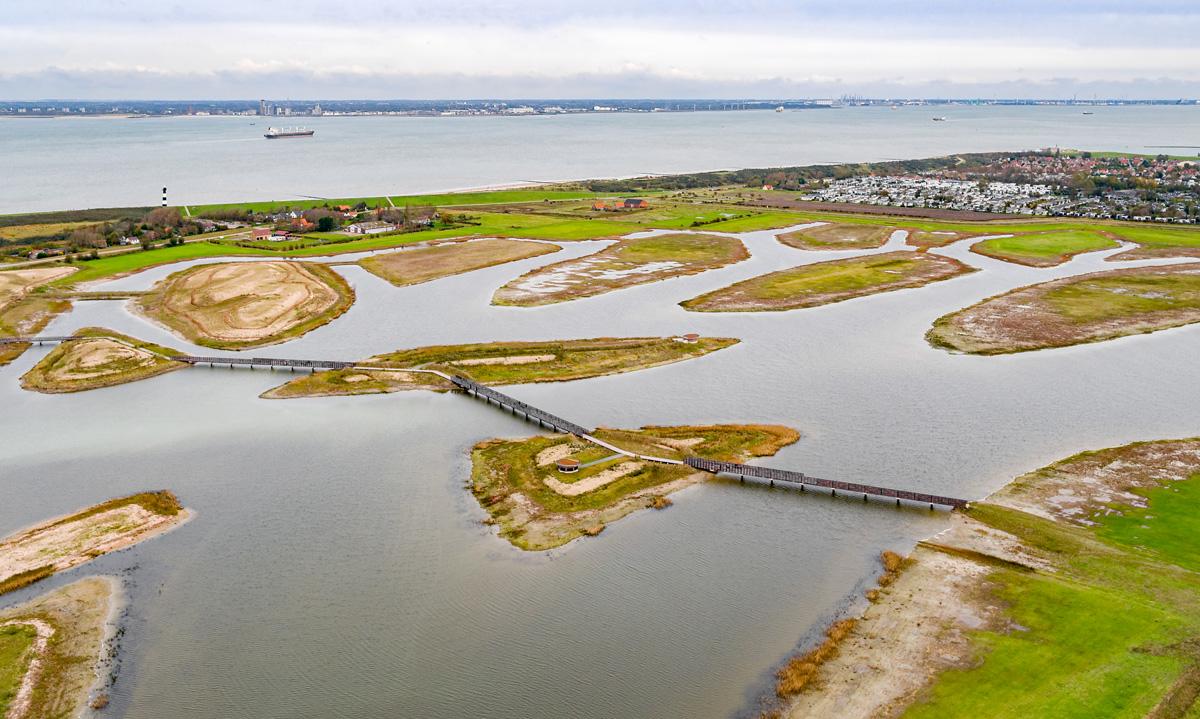 Waterdunen vanuit het zuidwesten. In beeld zien we het middenpad met de loopbruggen.