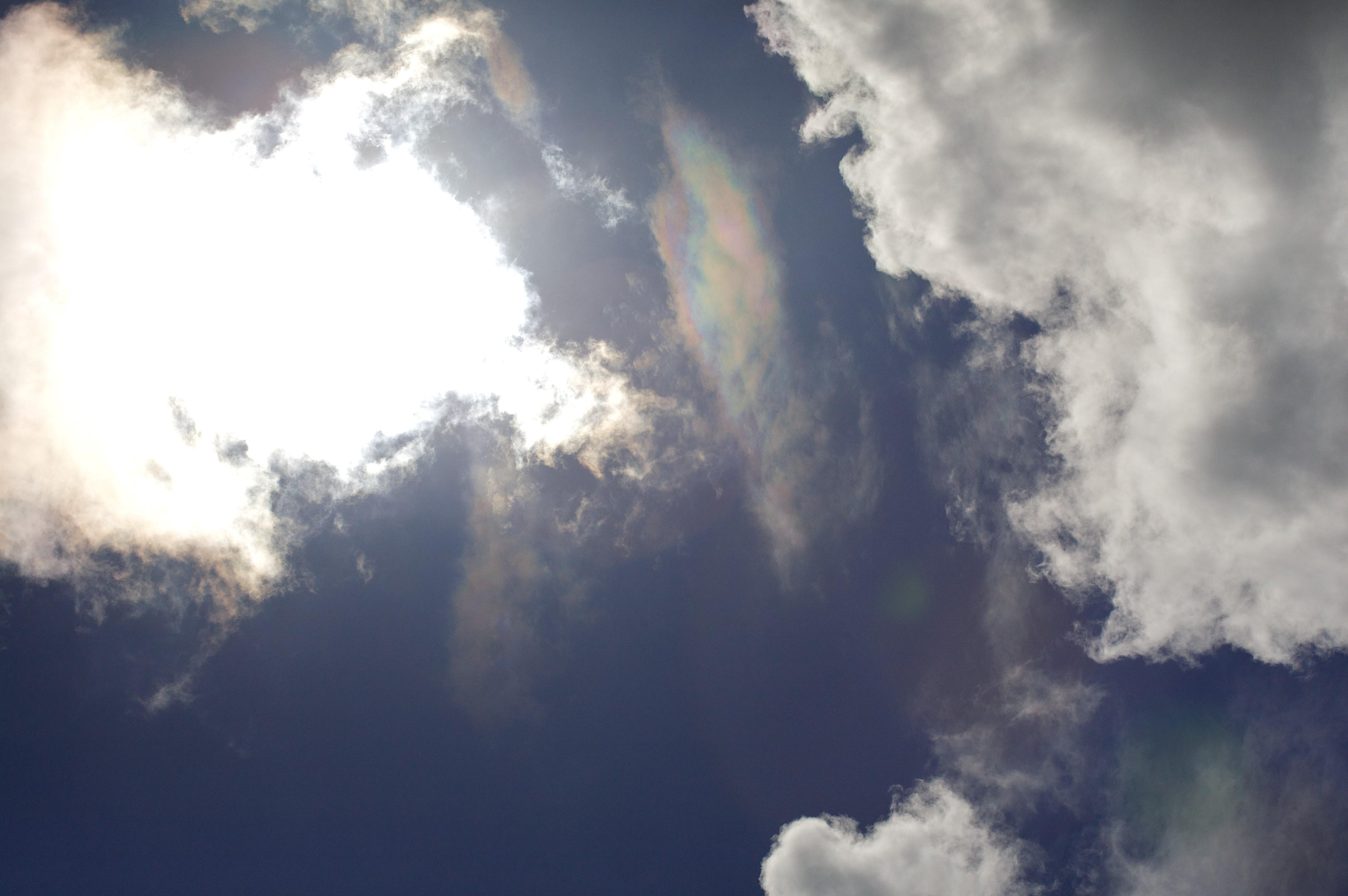 Lucht met wolken en zonreflectie